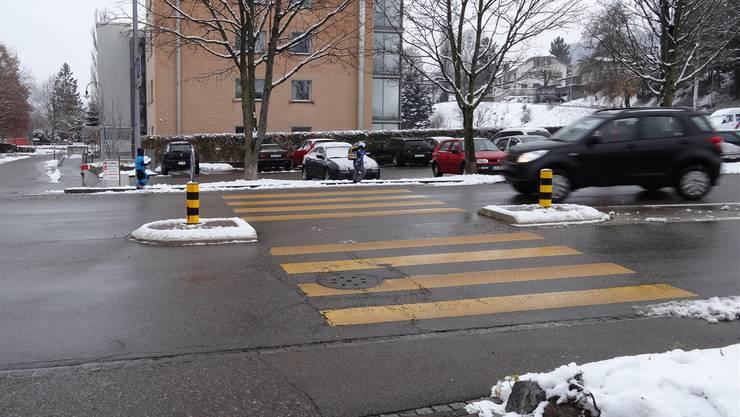 Fussgängerstreifen beim Stadelbach kurz nach der Kurve: Aus Richtung Rheinfelden kommend müssen Autofahrer oft rasch abbremsen. ach