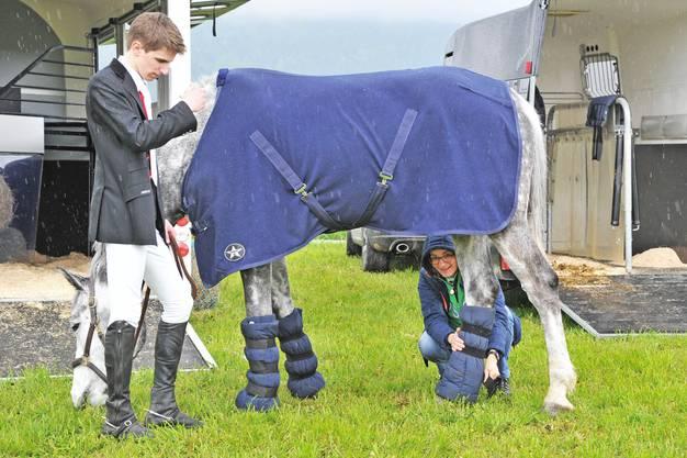 Der Reiter gönnt auch diesem Pferd eine Pause. Die Gelegenheit, um Beinschützer zu montieren.