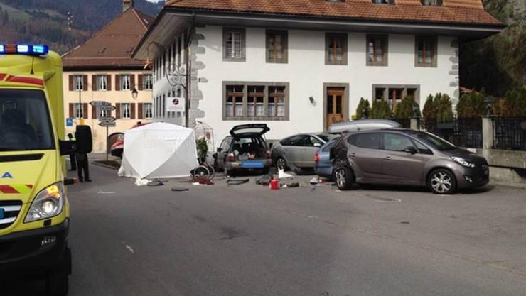 In Charmey FR ist ein Fussgänger auf dem Parkplatz eines Hotels von einem Auto angefahren worden und gestorben. Zwei weitere Männer und ein Kind wurden verletzt. (Symbolbild)