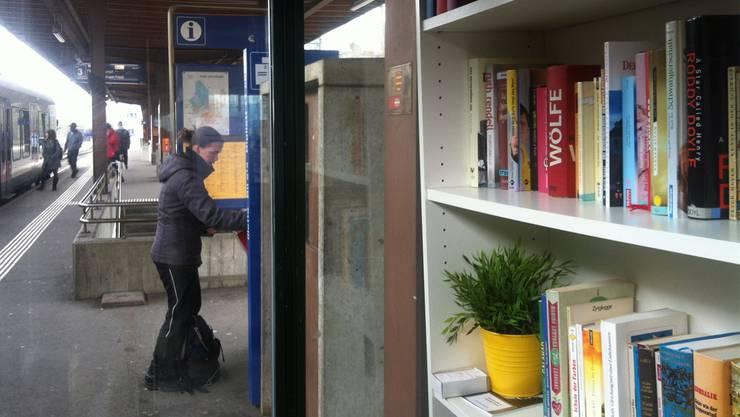 Die Stadtbibliothek bietet in ihrer Aussenstelle am Bahnhof gehaltvolle Lektüre für Bahnpassagiere.AF