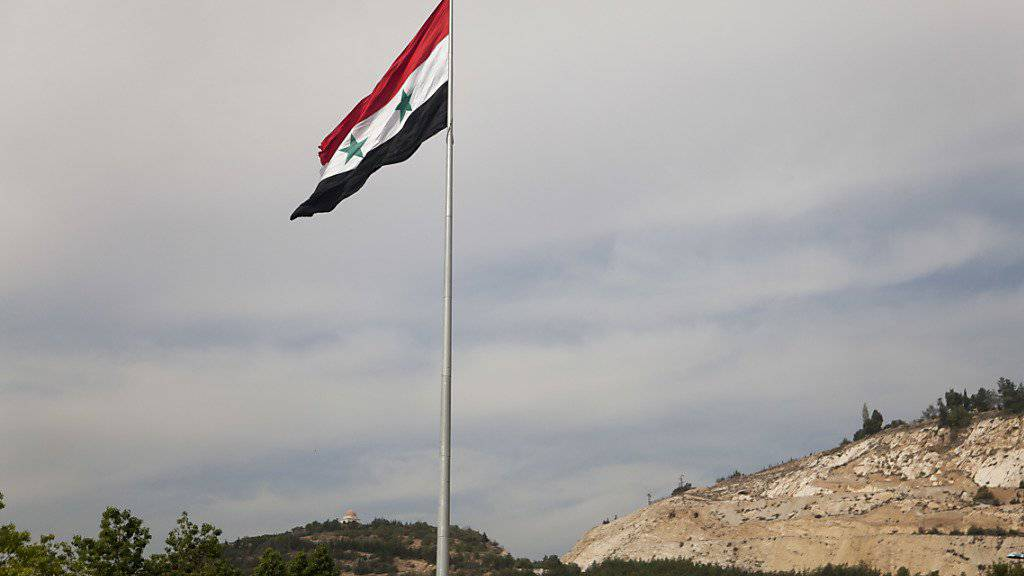 Die syrische Flagge weht über Damaskus: Der Bürgerkrieg scheint kein Ende zu nehmen. Nun scheinen die USA auf Russland zuzugehen.