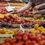 Gegner und Befürworter der Landwirtschaftsinitiativen streiten über die Frage, ob die Auswahl bei einem Ja grösser oder kleiner würde. An der Urne haben die Initiativen intakte Chancen, wie eine neue SRG-Umfrage zeigt. (Symbolbild)