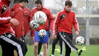Erste Jonglierübungen im neuen Jahr: Marco Streller (Mitte) und Valentin Stocker (rechts), der weiter im Fokus von Bundesliga-Klubs steht.Keystone