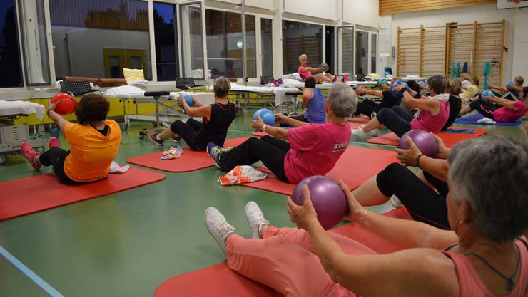 Schweisstreibende Übungen bei guter Stimmung im kleinen Turnsaal des Bürgerspitals Solothurn.