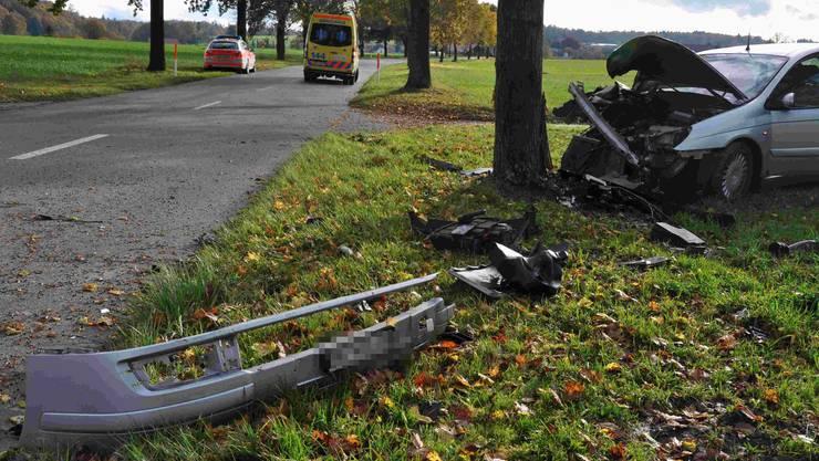 Bei einem Selbstunfall kollidierte am Samstag ein Autolenker bei Messen frontal mit einem Baum. Er wurde verletzt in ein Spital gebracht.