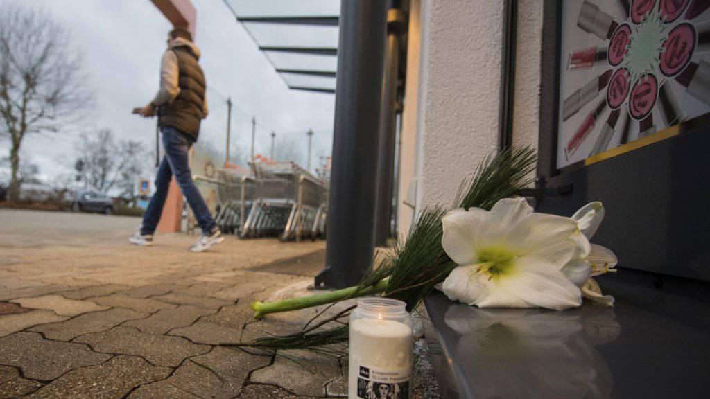Blumen und Kerzen erinnern an die Bluttat in einem Drogeriemarkt im deutschen Kandel. Ein 15-jähriger afghanischer Flüchtling erstach seine gleichaltrige Ex-Freundin.