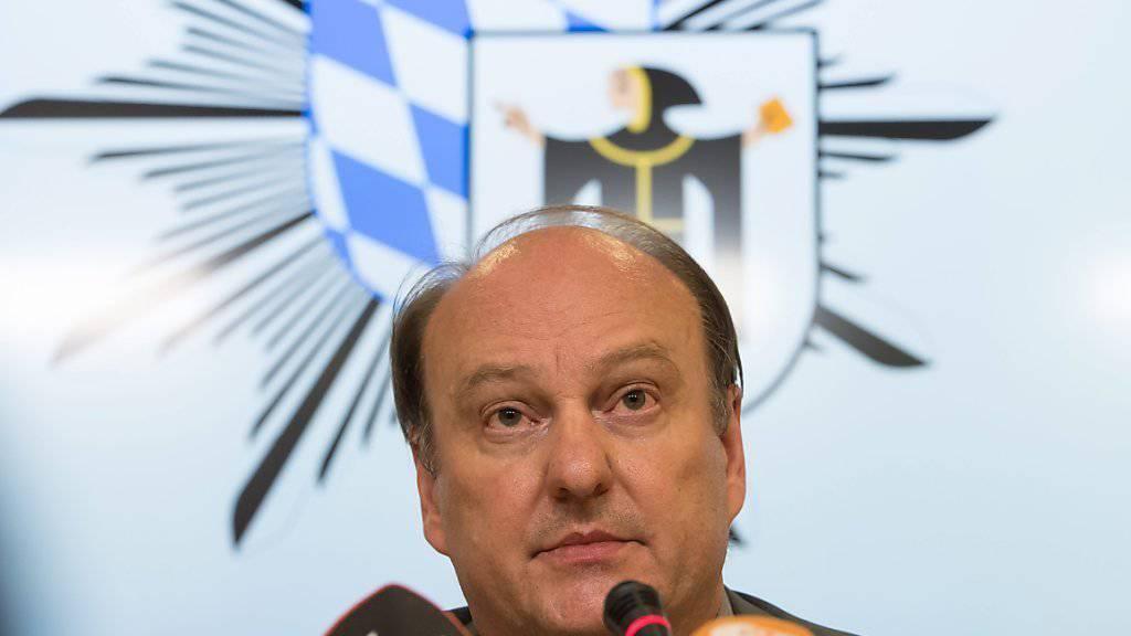 Münchens Polizeichef Hubertus Andrä gibt den Medien Auskunft über das Blutbad in München und den Tatverdächtigen.