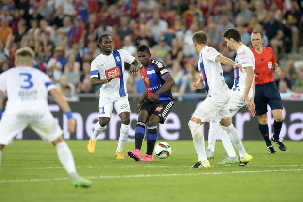 Der eingewechselte Basler Breel Embolo (M.) umringt von polnischen Gegenspielern