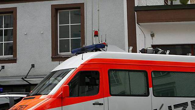 Polizeibus vor dem Mehrfamilienhaus in Einsiedeln