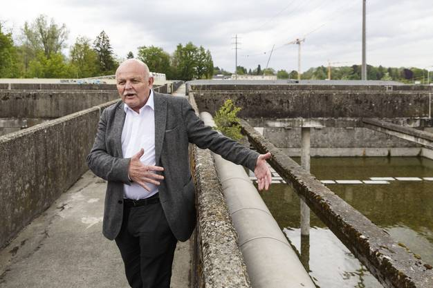 Kantonsbaumeister Bernhard Mäusli erklärt die Entstehung des Projekts Kläranlage