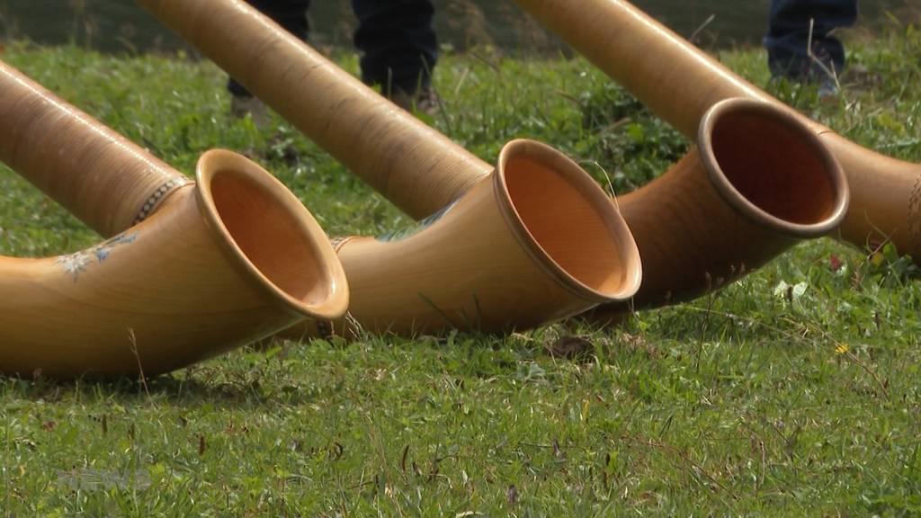 Magische Alphorntöne in mystischer Kulisse: Abschlussevent des Alphornkurses am Oeschinensee