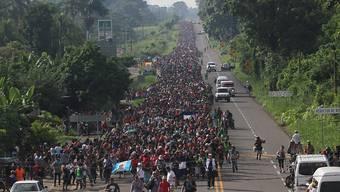 Eine Flüchtlings-Karawane zieht weiter in Richtung USA und US-Präsident Donald Trump schlachtet die Situation am Montagabend für seinen Wahlkampf aus.