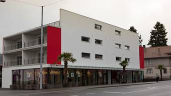 Ein moderner Bau mit markanter Fassade und klarer Farbgebung wertet die Flucht der Hauptstrasse auf.