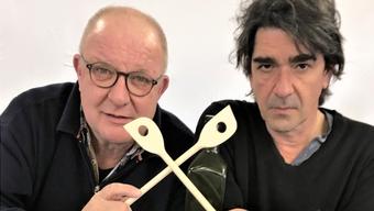 Gusti Egli (Hanspeter Bader) und Dr. Rolf Zander (Jens Wachholz) kreuzen auf dem gastronomischen Schlachtfeld die Kochlöffel.