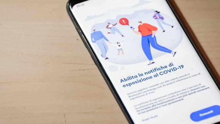 Auf einem Smartphone ist die App Immuni installiert. Italien startet mit seiner angekündigten Warn-App im Kampf gegen die Corona-Pandemie. Die Anwendung auf dem Smartphone soll Bürgern einen Hinweis senden, wenn sie sich in der Nähe eines Infizierten aufgehalten haben. Foto: Manuel Dorati/ZUMA Wire/dpa
