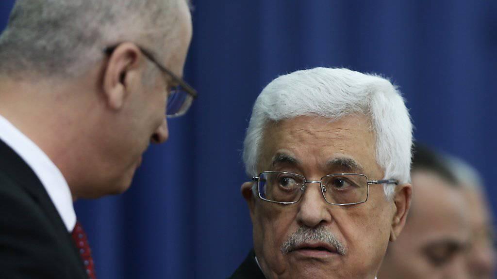 Der Palästinenserpräsident Mahmud Abbas (r.) hat den Rücktritt des Ministerpräsidenten Rami Hamdallah (l.) akzeptiert. Damit ist der Weg frei für die Bildung einer neuen palästinensischen Regierung. (Archivbild)