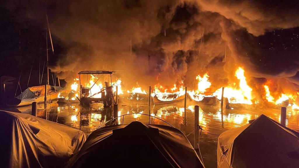 Millionenschaden: Feuer zerstört 10 Schiffe in Segelhafen