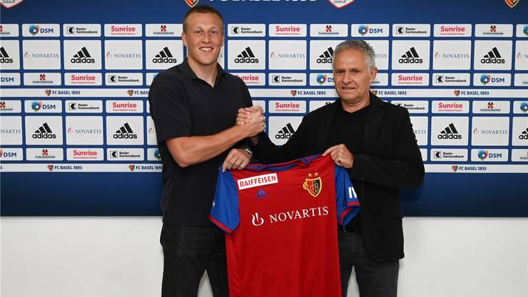 Emil Bergström posiert mit Sportdirektor Ruedi Zbinden.