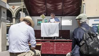 Reto Müller liest auf einer Aussenbühne während einer Vorlesung bei den Solothurner Literaturtagen, am Sonntag, 2. Juni 2019, in Solothurn.