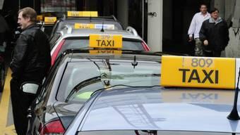 Taxis am Zürcher Hauptbahnhof warten auf Kunden