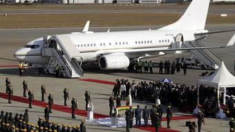 Der Leichnam des langjährigen simbabwischen Präsidenten Robert Mugabe nach Simbabwe überführt worden. Eine Maschine mit dem Sarg landete auf dem Flughafen der Hauptstadt Harare.