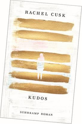 In ihrer Trilogie «Outline», «Transit» und jüngst «Kudos» erfindet Rachel Cusk den autobiografischen Roman neu. Ihre Autorin Faye ist darin wie eine lauschende Auster, die ihre muschelartig schützende Hülle abgelegt hat. Faye bewegt sich in einem Meer von Stimmen: Leute, die ihr ihre jeweiligen Lebenslügen offenbaren. Rachel Cusk: «Kudos», Suhrkamp, 215 Seiten.