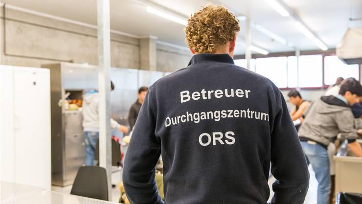 Die Asylunterkunft im ehemaligen A3-Werkhof in Frick wird von Mitarbeitern der ORS Service AG betreut.  (Bild: Severin Bigler)