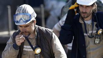 Türkische Bergarbeiter während einer Pause zu den Bergungsarbeiter.