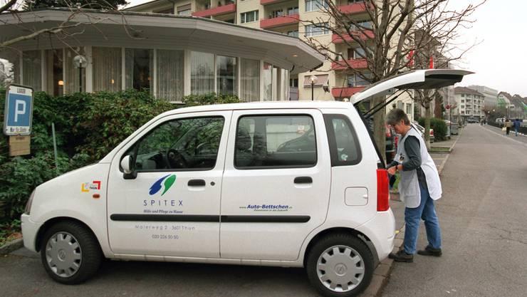Spitex-Mitarbeiterinnen fahren häufig mit dem Auto zum Einsatzort. Die Wegkosten werden nicht an die Patienten weiterverrechnet. (Archiv)