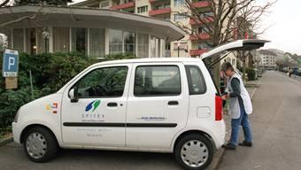 Eine Spitex-Mitarbeiterin bei ihrem Auto. Die Kassen zahlen die Anfahrt nicht, weil es keine direkte Pflegeleistung ist. (Archiv)