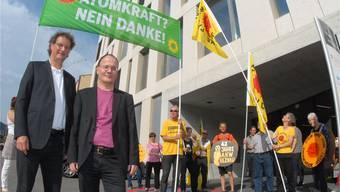 Die Nationalräte Geri Müller (Grüne, links) und Max Chopard (SP) zu Besuch anlässlich des ersten Jahrestags der Mahnwache vor dem Ensi.