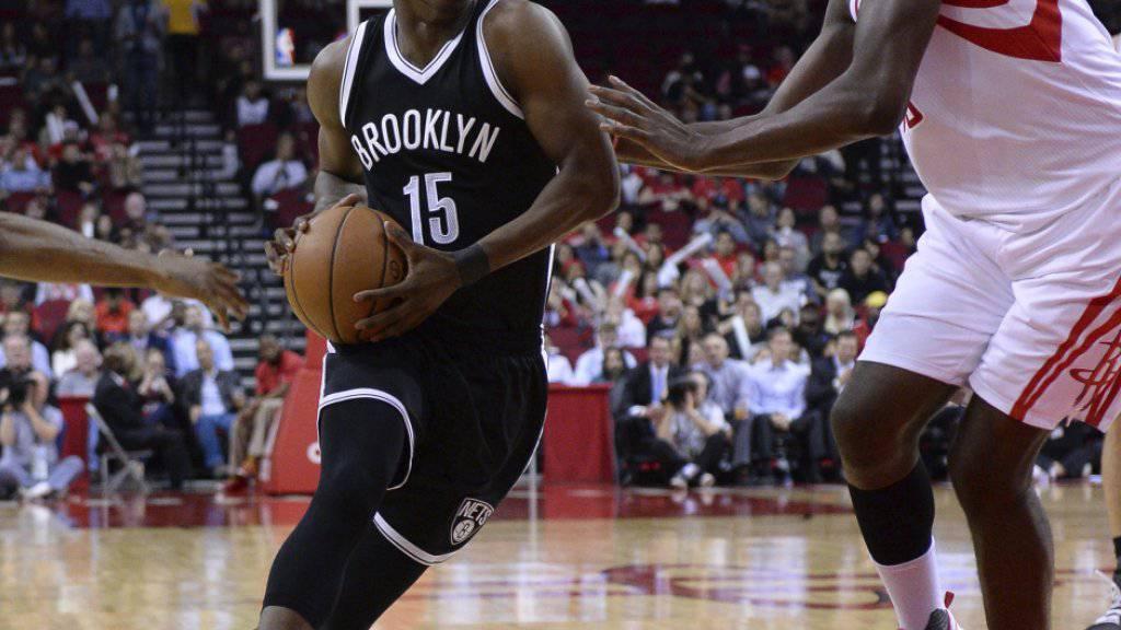 Clint Capela (ganz rechts) stoppt Brooklyns Isaiah Whitehead (am Ball)