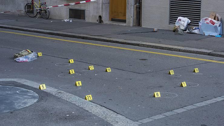 Mit 13 Schüssen haben zwei Polizisten einen Mann gestoppt, der mit einem Fleischermesser auf sie losging.