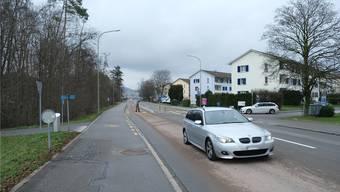 Heute befindet sich an der Kreuzung, wo die Grabackerstrasse (links) auf die Überlandstrasse trifft, ein Fussgängerstreifen. Flo