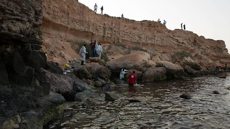 Mitarbeiter des libyschen Roten Halbmonds bergen die Leichen von Flüchtlingen an der Küste des Landes. (Archiv)