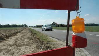 Die Arbeiten am Rad- und Gehweg entlang der Kantonsstrasse in Lupfig beginnen. Der Humus ist bereits abgetragen worden.