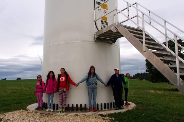 Es brauchte 11 Personen, um die Windturbine vollständig zu Umfassen