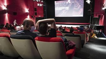 Angesichts der Pandemie eher selten: Ein gut besuchter Kinosaal wie hier in «Pully» bei Lausanne VD Anfang Juni.
