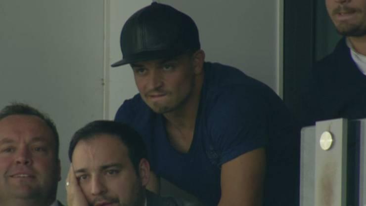 Xherdan Shaqiri auf der Tribüne beim Spiel Stoke City - Liverpool.