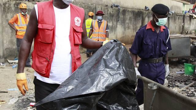 An der Absturzstelle in Lagos: Eine Rettungskraft mit einem Leichensack
