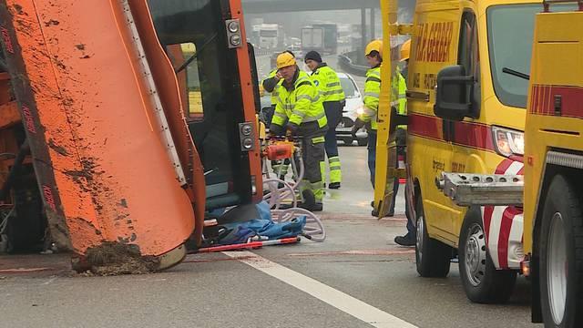 Unfall auf der A3: Salz-Ladung landet auf der Strasse