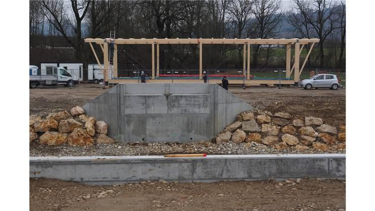 Letzte Woche wurden auf dem Bauplatz auf der Südseite das Tragwerk zusammengebaut und der Rohbau der Brücke fertiggestellt.