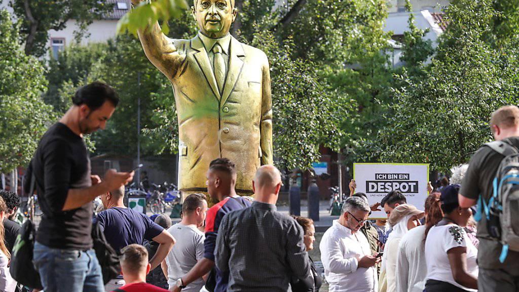 """Eine vier Meter hohe, goldfarbene Statue des türkischen Präsidenten Erdogan hat in Wiesbaden heftige Diskussionen ausgelöst. Die Statue war Teil der Kunstausstellung Wiesbaden Biennale. Sie wurde """"aus Sicherheitsgründen"""" entfernt.  (Foto: Armando Babani/EPA)"""