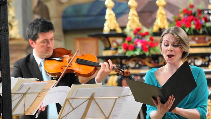 Die Sopranistin Anna Pisareva, begleitet von Michel Willi an der Viola.