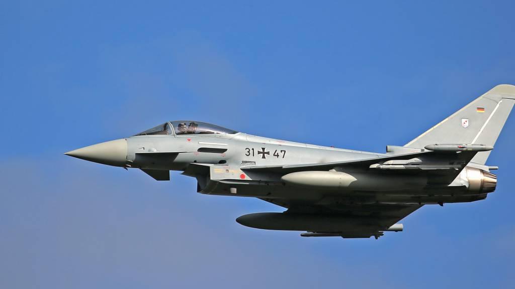 ARCHIV - Ein Eurofighter des Taktischen Luftwaffengeschwaders 31 fliegt eine Übung. Trotz eines Exportstopps hat die Bundesregierung seit Anfang 2019 auf Umwegen zu Rüstungslieferungen an Saudi-Arabien beigetragen. Foto: Oliver Berg/dpa