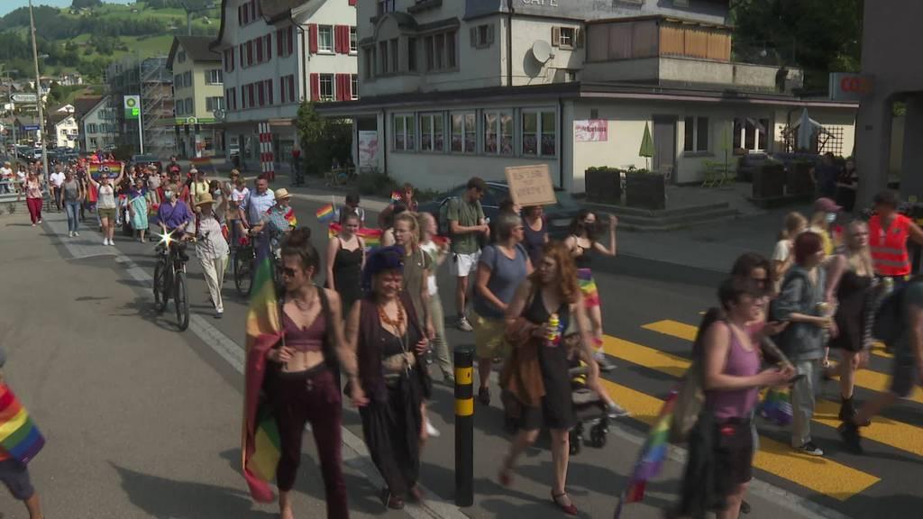 Demo queer durchs Dorf: Ehe-für-Alle-Kundgebung in Nesslau