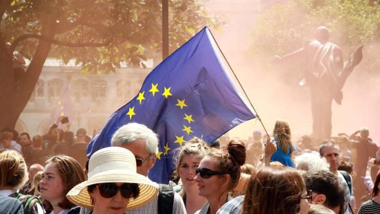 Tausende Menschen gingen am Samstag in London auf die Strasse, um für einen Verbleib Grossbritanniens in der EU zu demonstrieren. Unbekannte haben nun eine Anwaltskanzlei beauftragt, die eine Parlamentsabstimmung über den Brexit erzwingen soll. (Archivbild)
