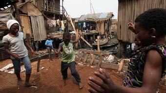 Kinder in einem nigerianischen Slum (Archiv)