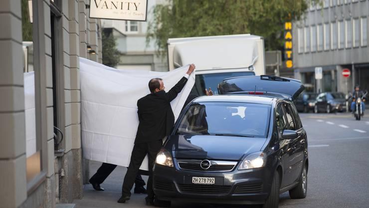 Kurz vor der geplanten Wiederwahl von Sepp Blatter durch den Fifa-Kongress werden in Zürich mehrere Verbandsfunktionäre verhaftet. Unter ihnen sind auch Fifa-Vizepräsident Jeffrey Webb und Ex-Vize Jack Warner.
