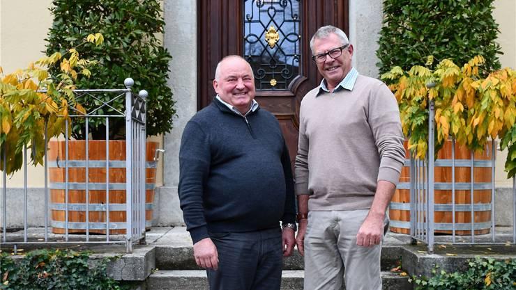 Der Brugger Stadtammann Daniel Moser (links) und René Fiechter, Vizeammann von Schinznach-Bad, auf der Treppe vor dem Stadthaus in Brugg.